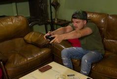 Сердитый gamer играет игры в его доме стоковое изображение