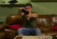 Сердитый gamer играет игры в его доме стоковые фото