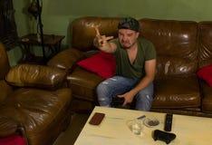 Сердитый gamer играет игры и указывает палец стоковая фотография rf