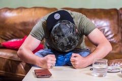 Сердитый gamer хлопая его кулакам на таблице стоковое изображение