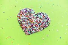Сердца Валентайн на предпосылке зеленого цвета ufo стоковая фотография