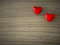Сердца валентинок на деревянной предпосылке стоковые фотографии rf