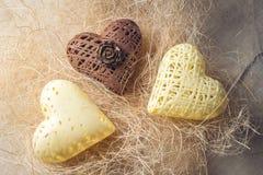 Сердца дня ` s валентинки конфеты сделанные из белого и темного шоколада Стоковые Изображения RF