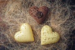 Сердца дня ` s валентинки конфеты сделанные из белого и темного шоколада Стоковая Фотография RF