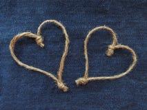 Сердца знака 2 шпагата в джинсовой ткани стоковое изображение rf