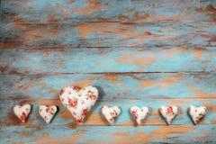 Сердца и вянуть розы на деревянной предпосылке Стоковая Фотография RF