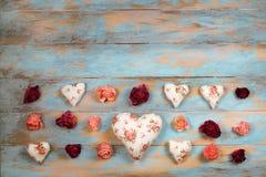 Сердца и вянуть розы на деревянной предпосылке Стоковое фото RF