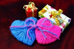 2 сердца и подарка Валентайн дня s Стоковое фото RF