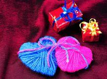 2 сердца и подарка Валентайн дня s Стоковые Изображения