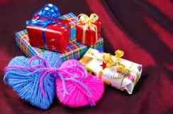 2 сердца и подарка Валентайн дня s Стоковое Изображение