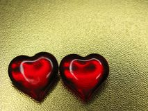 Сердца концепции праздника влюбленности дня ` s валентинки на сияющем backgr золота Стоковое Фото