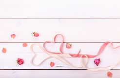 2 сердца ленты волшебных на деревянном backround, концепции дня валентинки Стоковое фото RF