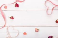 2 сердца ленты волшебных на деревянном backround, концепции дня валентинки Стоковое Изображение