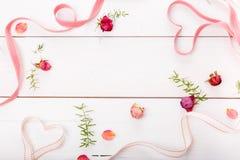 2 сердца ленты волшебных на деревянном backround, концепции дня валентинки Стоковая Фотография