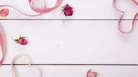 2 сердца ленты волшебных на деревянном backround, концепции дня валентинки Стоковые Изображения RF