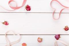 2 сердца ленты волшебных на деревянном backround, концепции дня валентинки Стоковые Фото