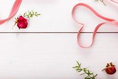 2 сердца ленты волшебных на деревянном backround, концепции дня валентинки Стоковые Фотографии RF