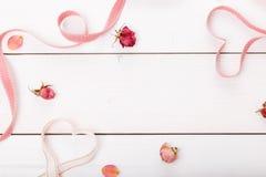 2 сердца ленты волшебных на деревянном backround, концепции дня валентинки Стоковое Фото