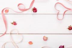 2 сердца ленты волшебных на деревянном backround, концепции дня валентинки Стоковые Изображения