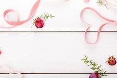 2 сердца ленты волшебных на деревянном backround, концепции дня валентинки Стоковое Изображение RF