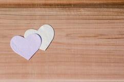 2 сердца на деревянной предпосылке День валентинки, Wedding концепция влюбленности Стоковые Фотографии RF