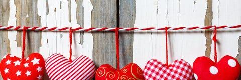 Сердца на деревянной предпосылке символ дня любовников Стоковое фото RF