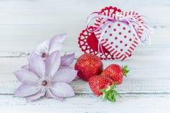 2 сердца от ткани с зрелыми клубниками в розовом керамическом подарке чашки на день ` s валентинки на голубой деревянной предпосы стоковая фотография rf