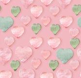 Сердца пинка акварели зеленые на розовой предпосылке Ручной работы безшовная картина стоковая фотография rf