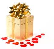 сердца подарка коробки смычка золотистые красные Стоковые Изображения RF
