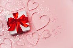 Сердца подарочной коробки и бумаги с сверкная ярким блеском на розовой предпосылке Романтичная концепция дня ` s валентинки st пр Стоковые Изображения RF