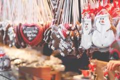 Сердца пряника на немецкой рождественской ярмарке beriberi традиция стоковое фото rf