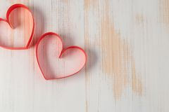2 сердца сделанного ленты на деревянной предпосылке Стоковое Изображение RF