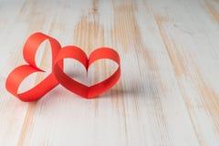 2 сердца сделанного ленты на деревянной предпосылке Стоковое Изображение