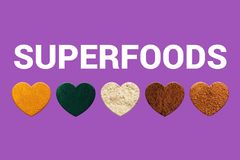 Сердца с турмерином, spirulina, порошками какао, мукой миндалины и сахаром ладони кокоса Био Superfoods стоковые фото