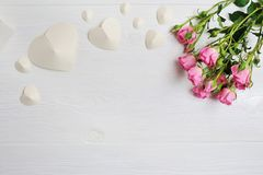 Сердца origami модель-макета белые сделанные из бумаги с розовыми розами, карточки на день ` s валентинки Плоское положение, взгл Стоковые Фотографии RF