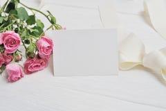 Сердца origami модель-макета белые сделанные из бумаги с розовыми розами, карточки на день ` s валентинки Плоское положение, взгл Стоковые Изображения RF