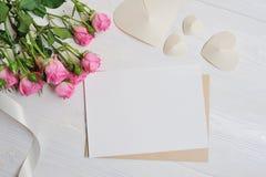 Сердца origami письма модель-макета белые сделанные из бумаги с розовыми розами, карточки на день ` s валентинки Плоское положени Стоковые Фотографии RF