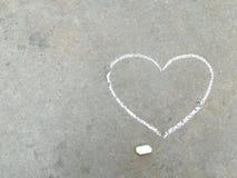 Сердце - белый чертеж руки мела на черном асфальте стоковое фото rf