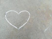 Сердце - белый чертеж руки мела на черном асфальте стоковое изображение rf