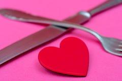 Сердце, вилка и нож - открытка дня Валентайн стоковые изображения rf