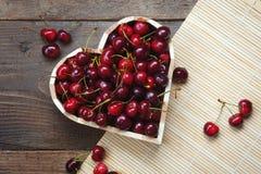 Сердце вишни - очень вкусные сладостные вишни в в форме сердц деревянном шаре Стоковые Изображения RF