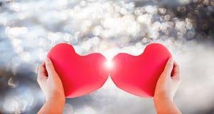 Сердце владением руки изолята красное для романтичного симпатичного concep валентинки Стоковая Фотография RF