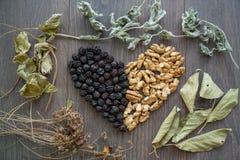 Сердце высушенных вишен, гаек и высушенных листьев чая Стоковые Фотографии RF
