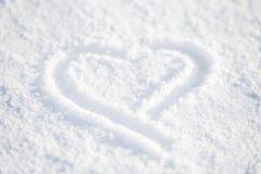 Сердце в белом снеге стоковые изображения