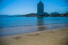 сердце в песке, пляже моря в Qingdao, Китае стоковое изображение