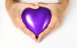 Сердце в руках женщин стоковое фото rf