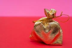 Сердце в сумке золота подарок на день Валентайн стоковое фото rf