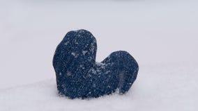 Сердце джинсовой ткани в снеге видеоматериал