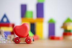 Сердце дня валентинок на деревянной концепции backgroud автомобиля для влюбленности, датировка и романс с космосом экземпляра стоковые фотографии rf
