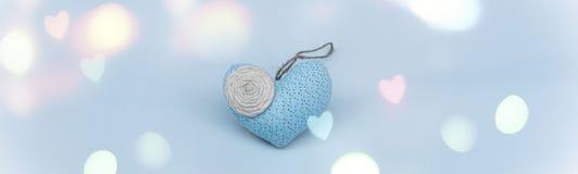 Сердце знамени романтичное на голубой предпосылке Стоковые Изображения RF